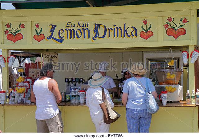 Pennsylvania Kutztown Kutztown Folk Festival Pennsylvania Dutch folklife lemonade stand vendor drinka for sale - Stock Image