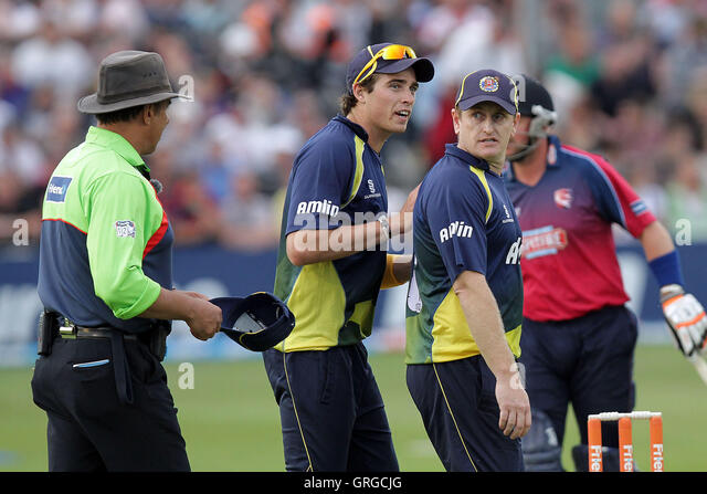 Scott Styris (R) of Essex protests to umpire David Millns after the wicket of Darren Stevens is ruled out - Essex - Stock Image