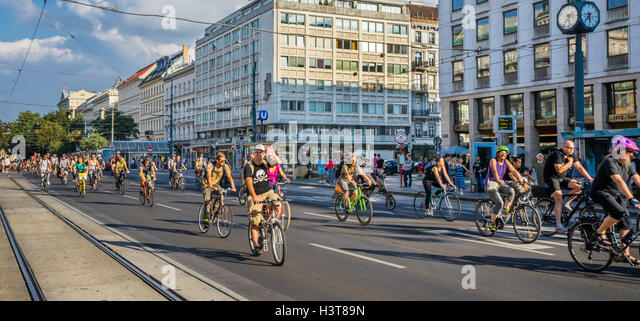 Austria, Vienna, Critical Mass cycling event on Kärnterner Ring brings out a large number of viennese cyclists - Stock Image