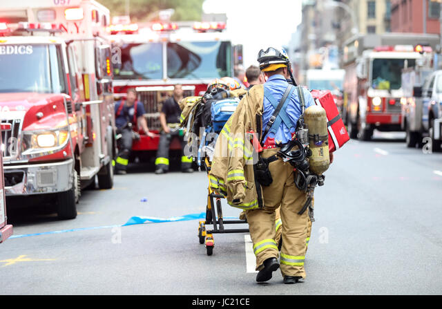 New York, United States. 13th June, 2017. Moving firefighters to the site where a carbon monoxide leak occurred - Stock-Bilder