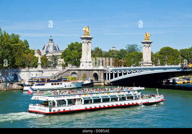 bateaux mouches paris stock photos bateaux mouches paris stock images alamy. Black Bedroom Furniture Sets. Home Design Ideas