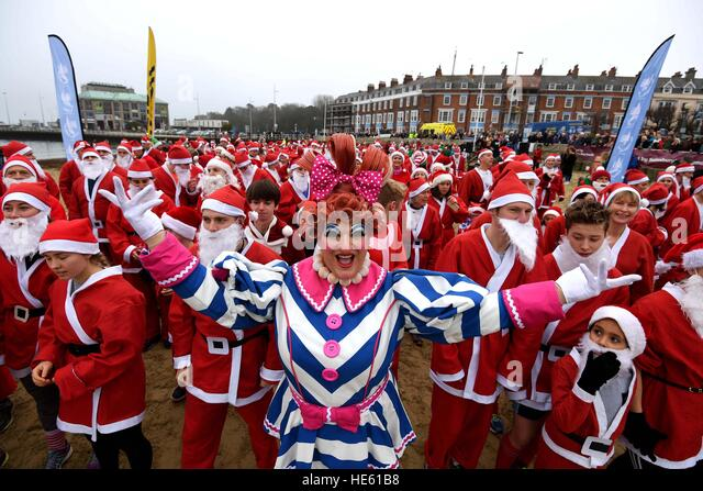 Weymouth Beach in Dorset, UK. 18th Dec, 2016. Chase the Pudding Santa Run on Weymouth Beach in Dorset, UK Credit: - Stock-Bilder