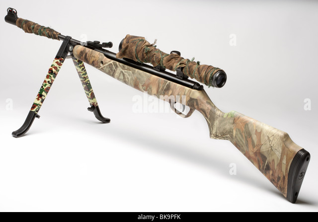 Camoflage air rifle gun with telescopic sights and a stand - Stock-Bilder