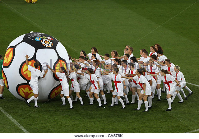 24/06/2012 Kiev. Euro 2012 Football. England v Italy. Young Ukrainians dressed in England colours, get behind the - Stock-Bilder