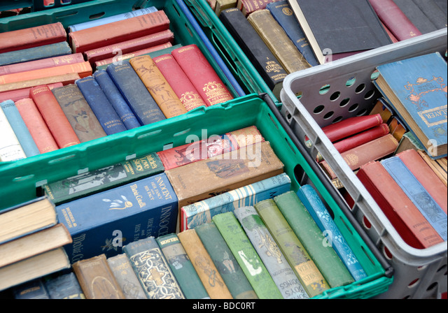Crates of antiquarian books on a market stall London England - Stock-Bilder