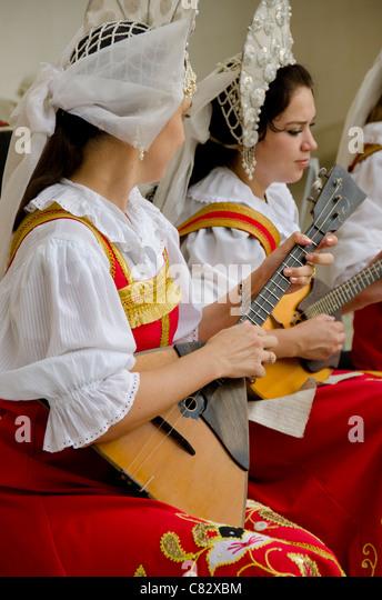 Ukraine, Yalta, Livadia Palace. Ukrainian folkloric show. Women in traditional costume playing Russian balalaikas - Stock Image