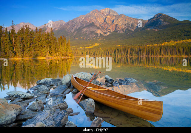 Canoe, Pyramid Lake with Pyramid Mountain in the background, Jasper National Park, UNESCO, Alberta, The Rocky Mountains, - Stock Image
