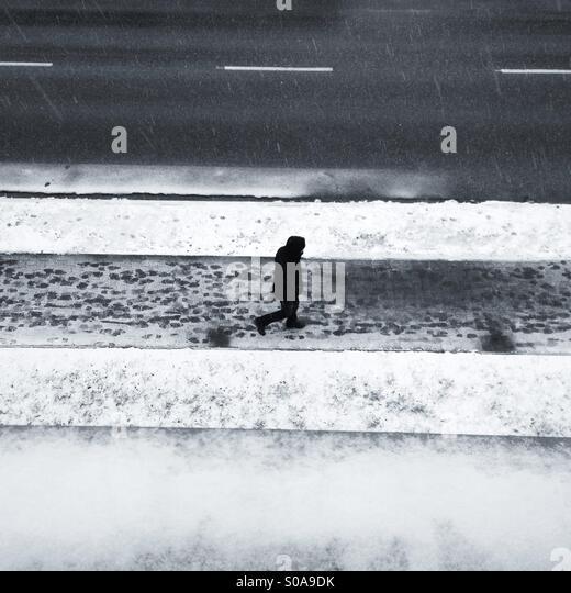 Man walking winer street - Stock-Bilder