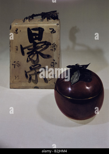fine arts, Japan, vessels, pottery, left: rice wine bottle, glaze, late Tokugawa period (1765 - 1868), height 15.9 - Stock Image