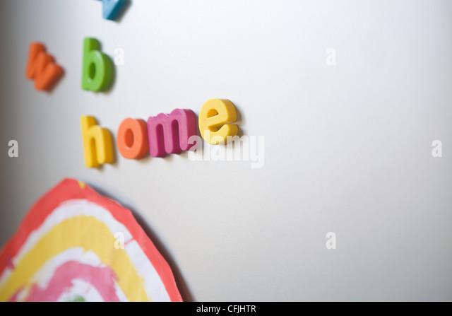 Letters spelling 'home' on family refrigerator - Stock-Bilder