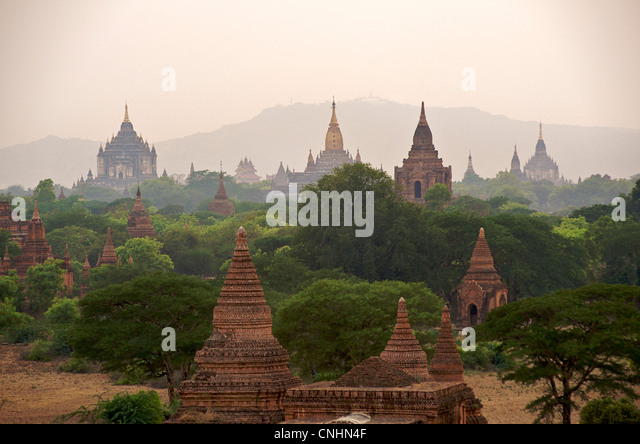 View across the plain of Bagan with the golden spire of Ananda pagoda centre.  Burma.  Ancient stupas - Stock-Bilder