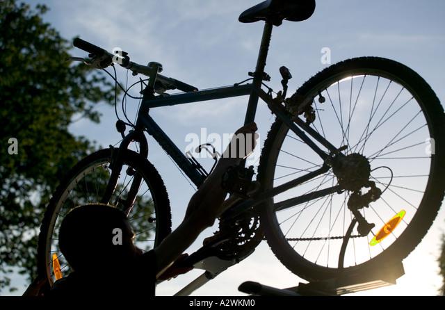 Mountain bike on car roof - Stock-Bilder