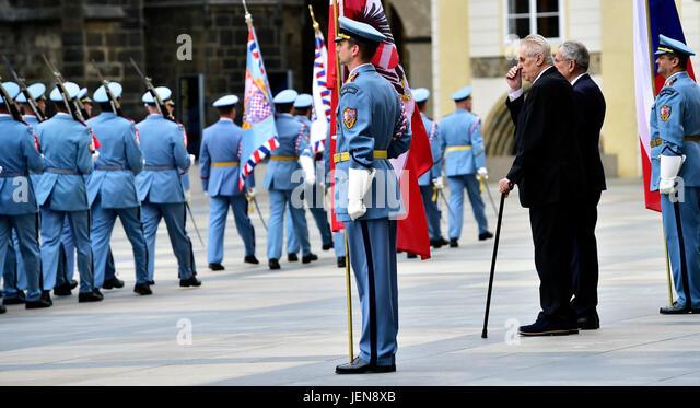 Czech President Milos Zeman (third from right) welcomes Austrian President Alexander Van der Bellen (second from - Stock-Bilder