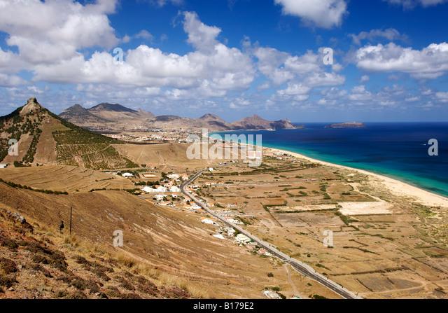View along the beach of the Portuguese Atlantic island of Porto Santo from Miradouro das Flores. - Stock-Bilder