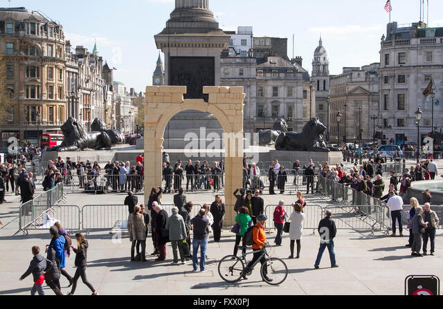 London, UK. 19th April 2016. Large crowds gather to view and photograph the 3D replica  Arch of Triumph replica - Stock Image