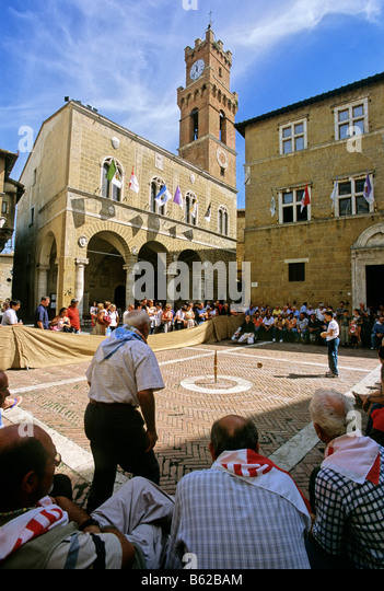 Palazzo Comunale, 'cheese rolling' competition, Mercato Mensile, cheese fair, Piazza Pio II, Pienza, province - Stock-Bilder