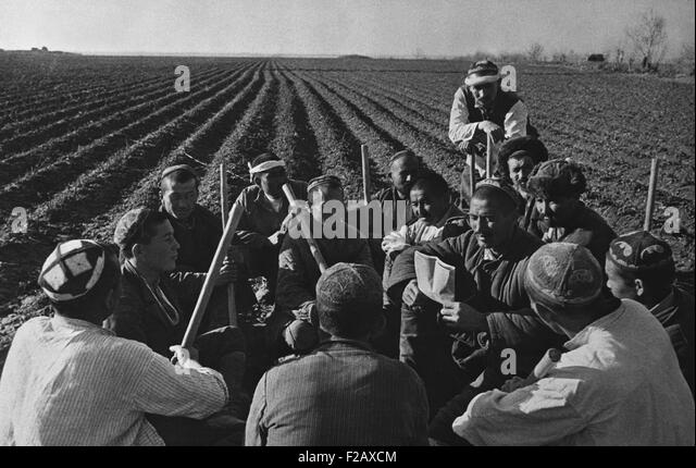 Uzbek collective farmers discussing work of spring sowing in the USSR. Ca. 1935-40. (BSLOC_2015_2_258) - Stock-Bilder