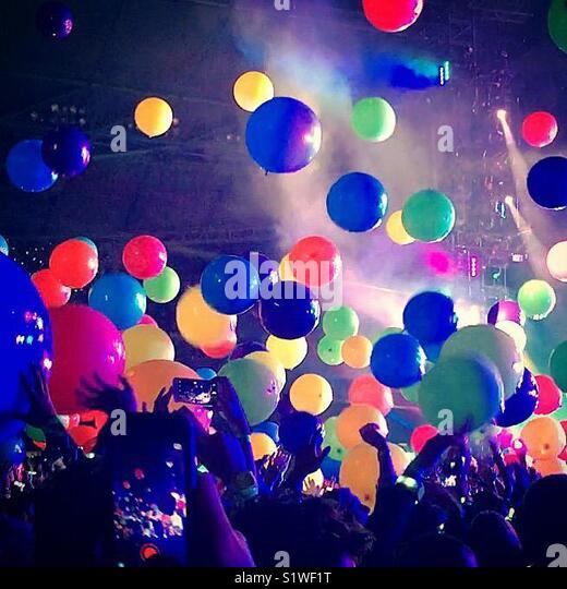 Crowd enjoying rock concert - Stock Image