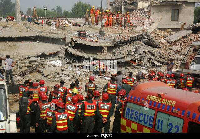 Lahore, Pakistan. 5th Nov, 2015. Rescuers are at the accident site to search for victims in the rubble of a collapsed - Stock Image