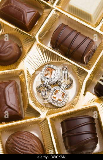 USA, Illinois, Metamora, Pair of earrings in box of chocolates - Stock-Bilder