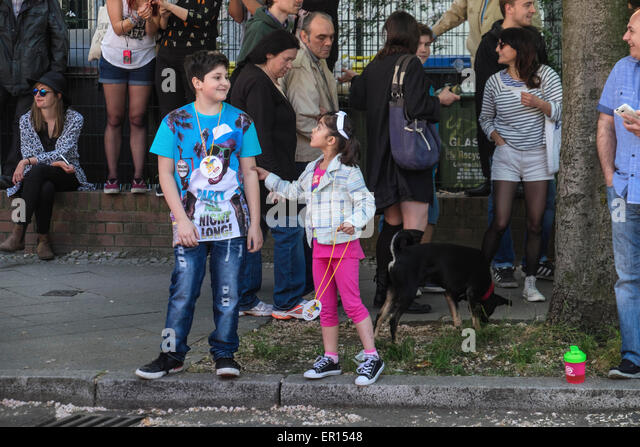 Kreuzberg, Berlin, Germany, 24th May 2015. Two young children watching the parade as Berlin celebrates its cultural - Stock-Bilder