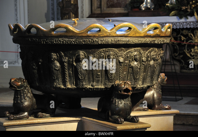 The font in which Wolfgang Amadeus Mozart was christened, in Salzburg Cathedral, Austria - Stock-Bilder
