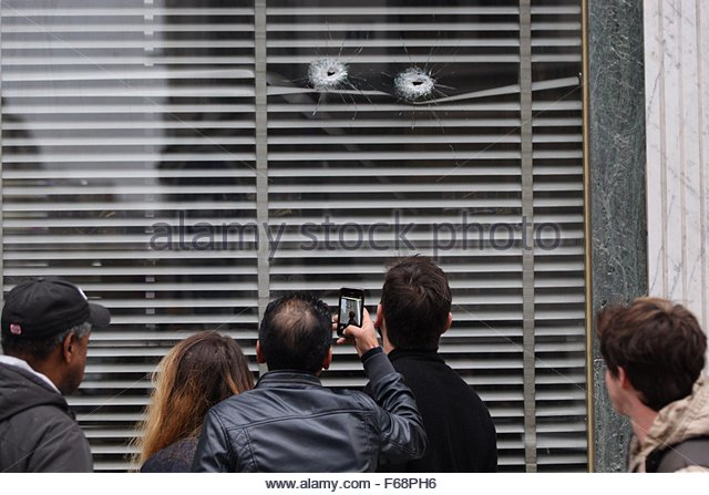 Paris, France. 14th November, 2015. People look bullet holes that damaged a window of a patisserie on the rue de - Stock Image