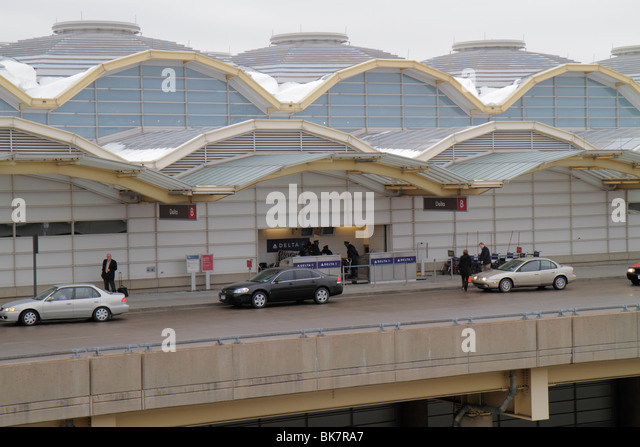 Virginia Arlington Ronald Reagan Washington National Airport DCA terminal exterior architect Cesar Pelli sidewalk - Stock Image