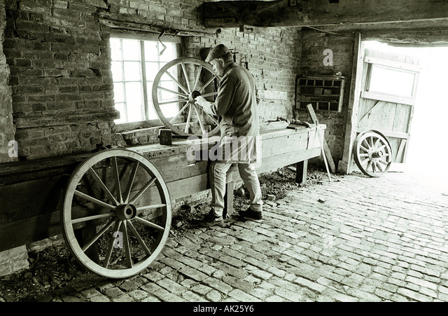 John Geary at work in Sheepy Magna wheelwright s complex which dates from 1742 - Stock Image