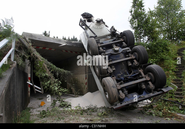 A silo truck has broken through the crash barrier of the A3 motorway and fallen on the K119 country road, Sessenhausen - Stock Image