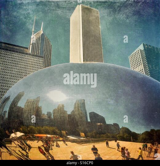 Skyline and tourists on a hot summer afternoon are reflected in Chicago's Cloud Gate, also called the Bean, - Stock-Bilder