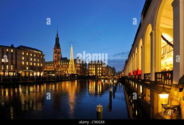 Alsterfleet canal, Alsterarkaden arcades, Rathausmarkt town hall square, town hall with Christmas market, Hamburg - Stock-Bilder