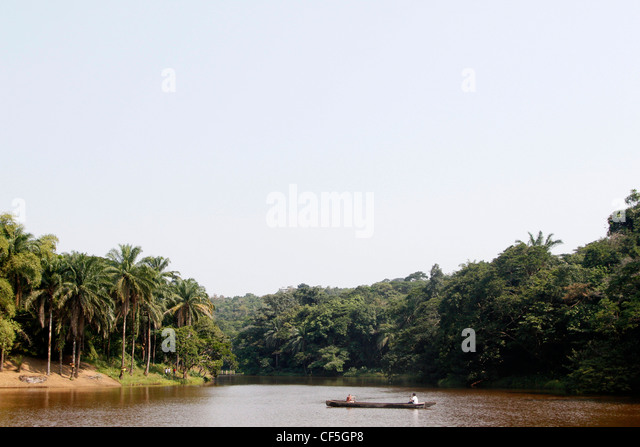 People travel on a dugout canoe along the Lukuya river outside of the capital Kinshasa. Democratic republic of Congo. - Stock-Bilder