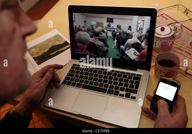 bidding online at a Whyte's fine art auction, Dublin - Stock Image