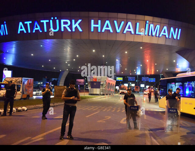 Istanbul, Turkey. 29th June, 2016. Policemen stand guard at the entrance to Ataturk International Airport in Istanbul, - Stock-Bilder