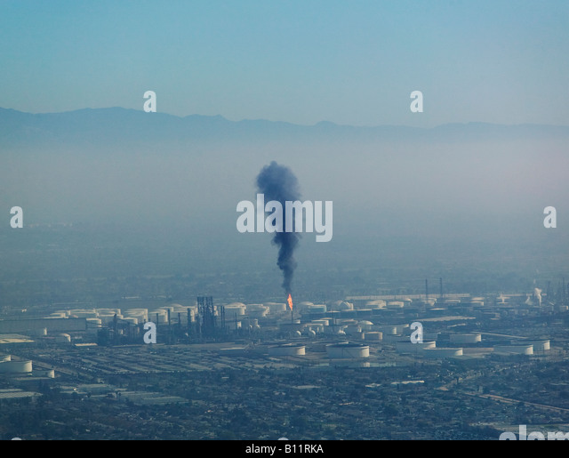 A layer of air pollution hangs over Los Angeles as a Long Beach refinery releases particulates - Stock Image