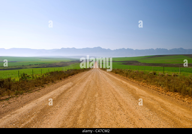 Dirt road leading to Nethercourt from the N2 highway near Caledon in South Africa's Western Cape Province. - Stock-Bilder