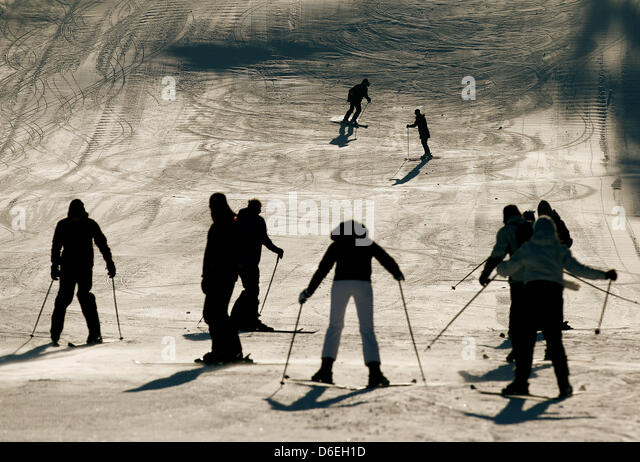 Skiers drive down a slope at Kahler Asten mountain near Winterberg, Germany, 01 February 2012. Germany is under - Stock Image