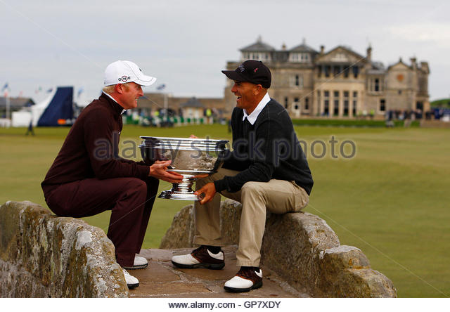 England's Simon Dyson (L), sitting next to his playing partner surfer Kelly Slater from the U.S., poses for - Stock Image