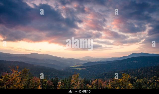 View from the mountain on Hindenburgkanzel to Lamer Winkel valley at sunset, Bavarian Forest, Bavaria, Germany - Stock-Bilder
