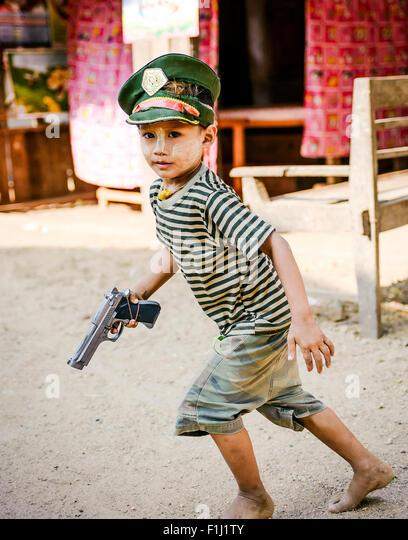 Burmese child with hand gun - Stock-Bilder