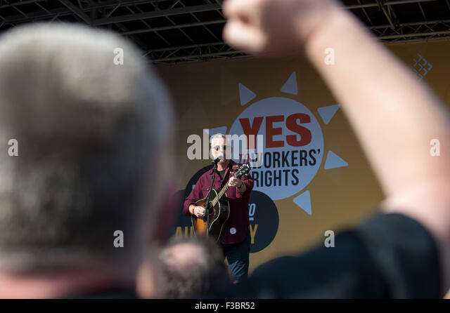 Manchester, UK. 4th October, 2015. TUC National Rally and March, Manchester, UK. Billy Bragg sings to the rally - Stock Image