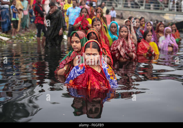 Dhaka, Bangladesh. 17th Nov, 2015. Hindu Devotees observe Chhath Puja/Surya Puja (Worshiping the Sun God) in Dhaka, - Stock Image