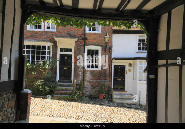 The old coach entrance to the historic Mermaid Inn at Rye, one of the oldest Inns in England. - Stock Image
