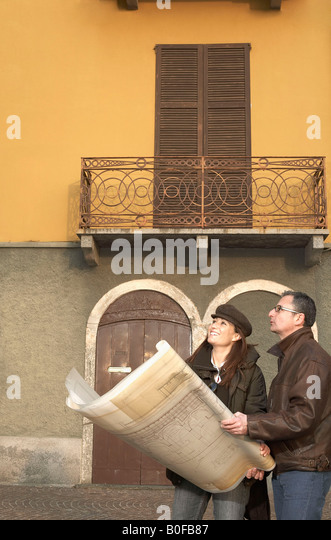 Mature couple with architectural plans - Stock-Bilder