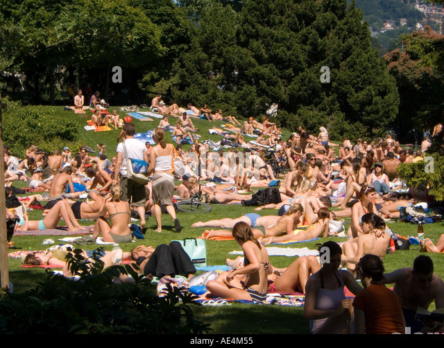Switzerland Zurich people sunbathing near Zuri lake - Stock Image