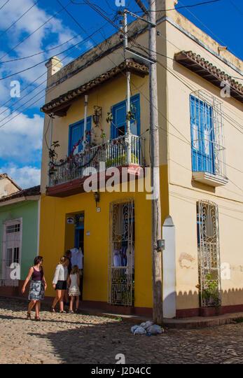 Cuba, Sancti Spiritus Province, Trinidad. People shopping. - Stock-Bilder