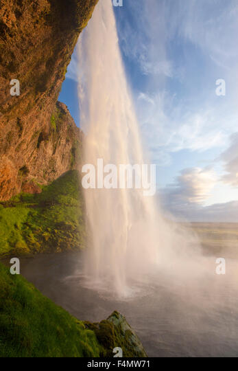 Seljalandsfoss waterfall plunging 60m from the cliff above, Sudhurland, Iceland. - Stock-Bilder