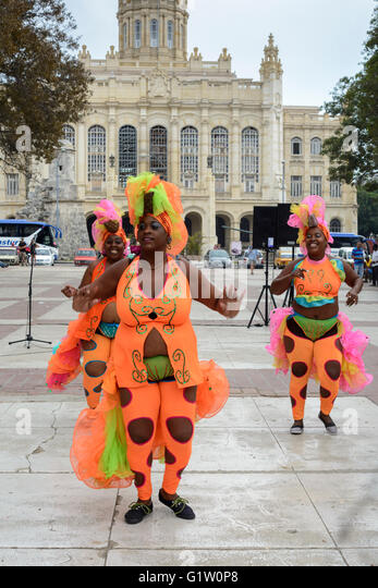 Street performers entertain tourists and locals with a free weekend performance at Plaza 13 de Marzo, Old Havana, - Stock Image
