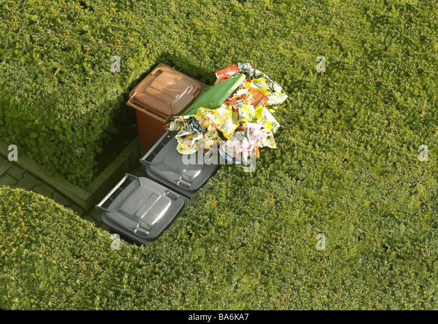 Hedges trashcans differently garbage-separation paper-ton fully overflows from above summers ornament-hedges way - Stock Image